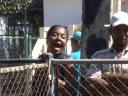 civiles dando junto a policias un acto de repudio a Sara Marta Fonseca