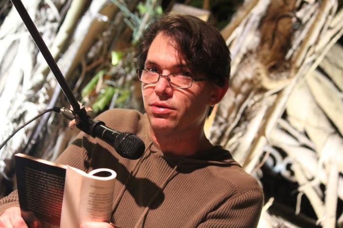 El novelista Daniel Morales lee fragmentos de su obraFoto: LuisFelipeRojas