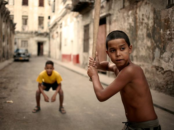 nic3b1os-jugando-a-la-pelota-en-una-calle-de-la-habana