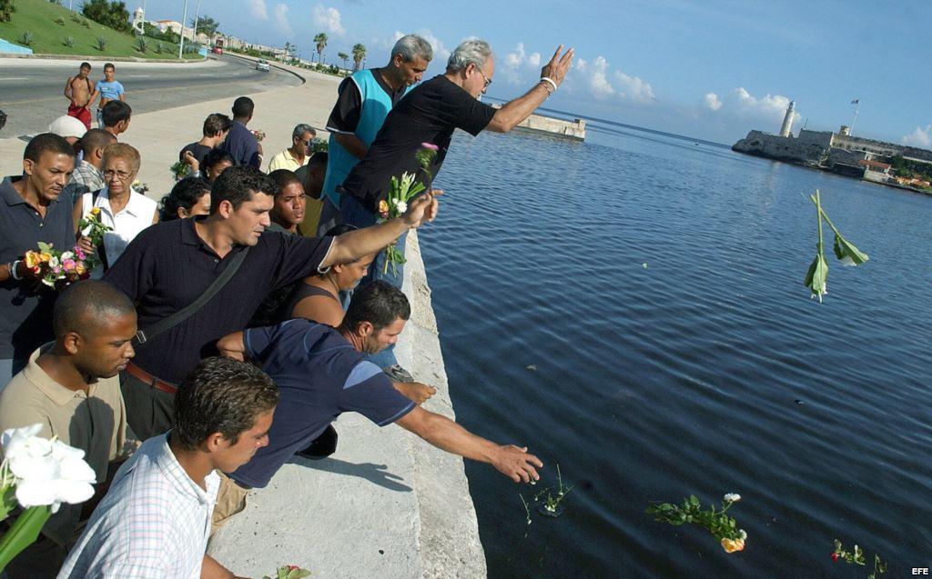 """Alrededor de 30 opositores cubanos, pertenecientes al ilegal Partido Popular Republicano, lanzan flores al mar en homenaje a las víctimas del remolcador """"13 de Marzo"""". Foto de archivo (martinoticias.com)"""