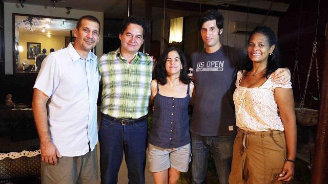 Ángel Santiesteban al ser liberado, a la izq. A. Rdiles, Ailer, Glez, Claudio Fuentes y una activista d DDHH.