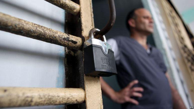 Un recluso permanece en la puerta de su celda, en la prisión Combinado del Este, en La Habana. Foto Archivo EFE
