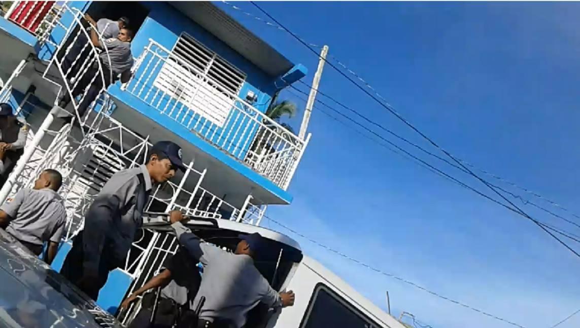 Policías allanan la vivienda sede de UNPACU en Santiago de Cuba el domingo 18 de diciembre. Foto: @patriotaliu