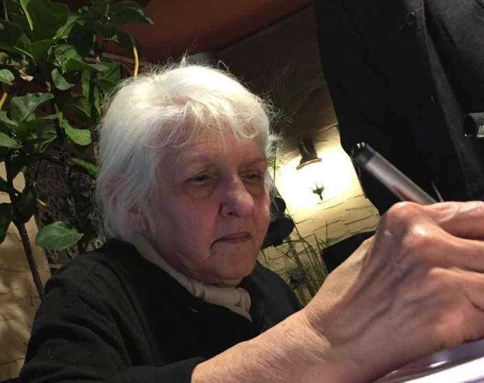 """La poeta Magali Alabau firma ejemplares de su libro """"Amor fatal"""" en la tertulia La esquina de las palabras, Coral Gables, Miami."""