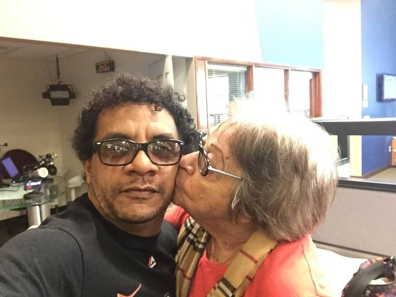 """En Radio Martí, con """"el beso de la muerte"""" de mi estimadísima Cary Roque, una ex presa política cubana. Dios la bendiga siempre."""