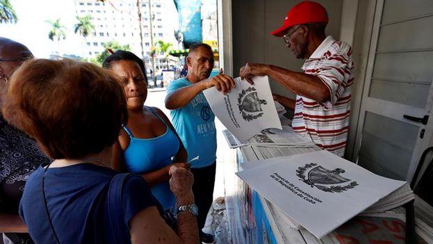 Un hombre vende ejemplares de la Reforma Constittucional en Cuba. TOMADO DE LA PRENSA CUBANA.