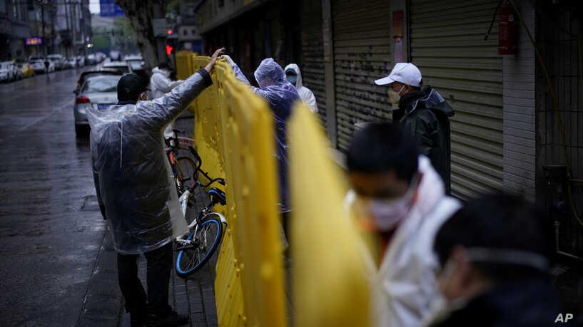 Trabajadores en Wuhan, China, laboran en acciones del distanciamiento social, ordenado por el gobierno chino. Foto: Tomada de Reuters.